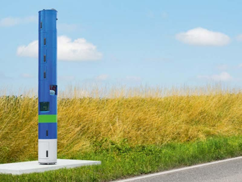 The blue toll monitoring pillar is four meters high, located at the road side.