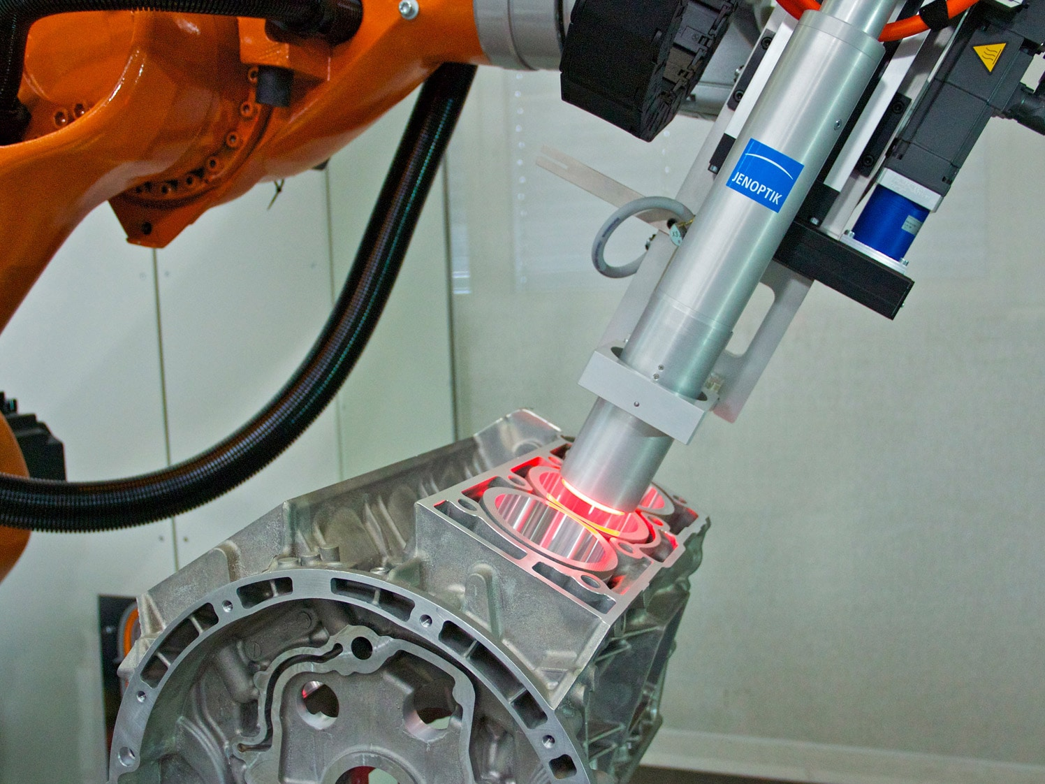 Hommel-Etamic IPS B100 - Cylinder bore inspection with flexible robot solution